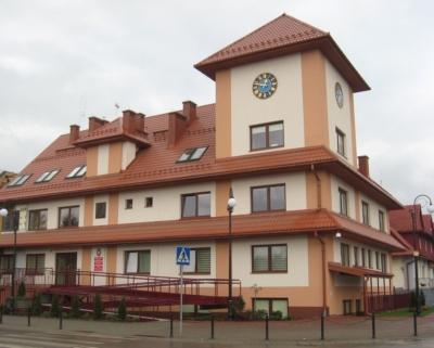 Zdjęcie przedstawia wejście główne do budynku Urzędu Gminy, oraz z prawej strony budynku wejście do Gminnego Ośrodka Pomocy Społecznej.